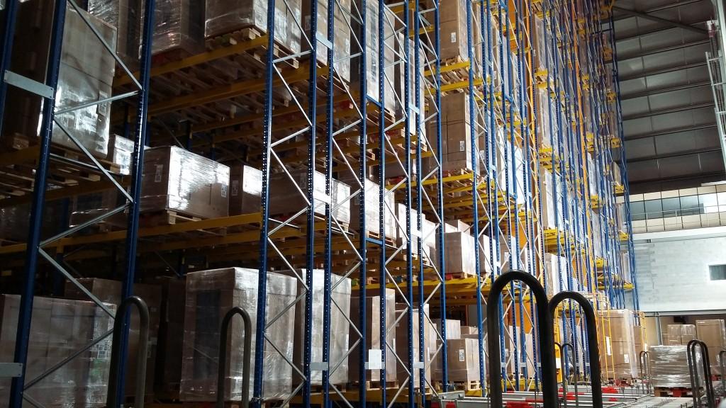 Les sites disposent de stocks entièrement automatisés ; 250 000 produits y sont gardés, pour une livraison en 5 jours quel que soit l'endroit.
