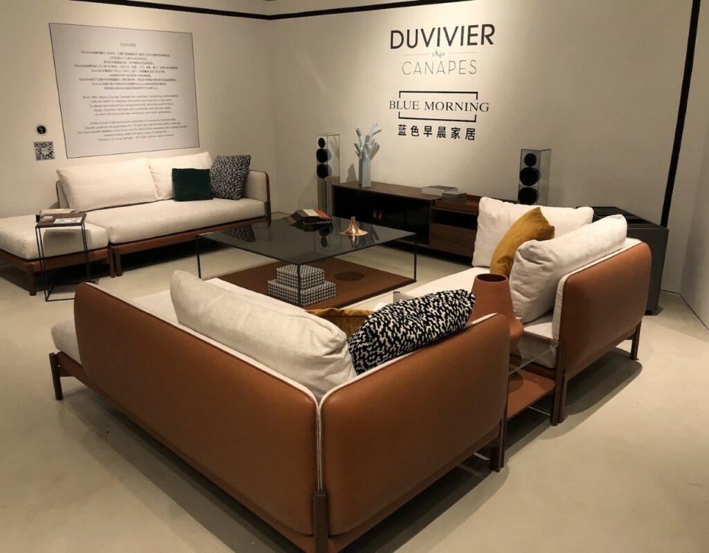 Duvivier_canapes_exposition_pekin - le courrier du meuble et de lhabitat